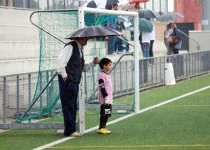 abuelo y nieto en el futbol
